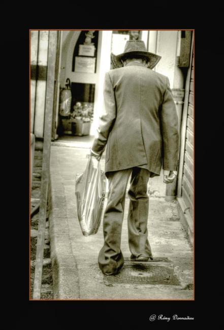 Artiste : DONNADIEU Rémy  /  Titre : des brins de vies en embrums - a la rue, à la vie, on va, on vient et on oublie..